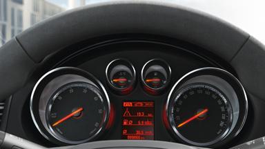 Opel Insignia седан –цифровая приборная панель с 3,5-дюймовым сенсорным дисплеем